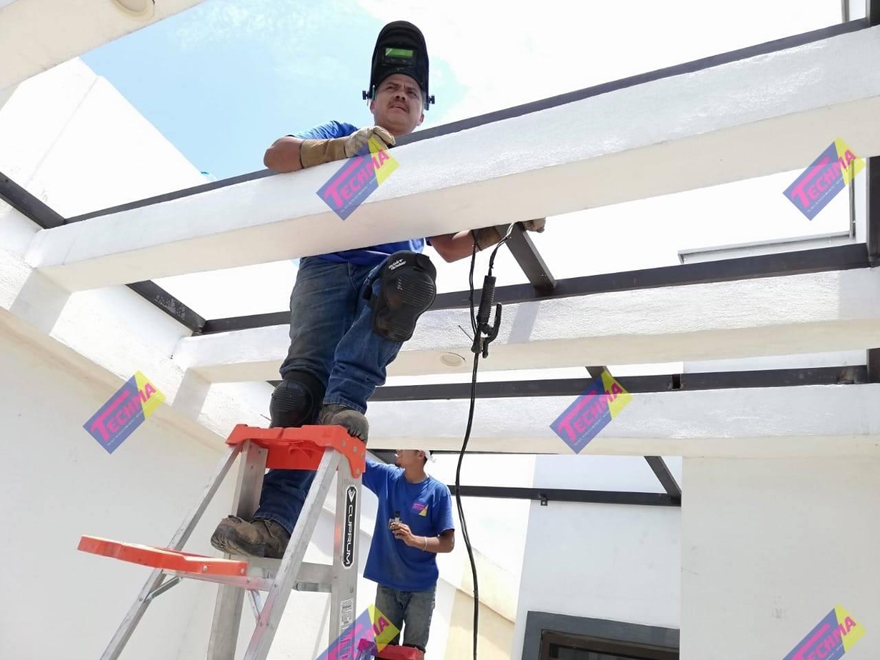 Equipo Techma realizando techo de policarbonato